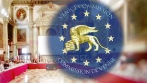 Venedig-Kommission-SaalUNDlogo
