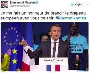 Macron-mit-EUROPAFLAGGE-Quelle-eigenes-Twitteraccount_Ich fühle mich geehrt, heute Abend mit Ihnen die europäische Flagge zu präsentieren